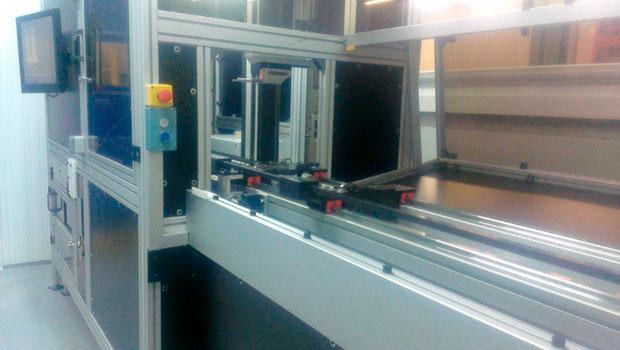 Rugosimetro automático Mitutoyo verificando polea de arrastre de ascensores