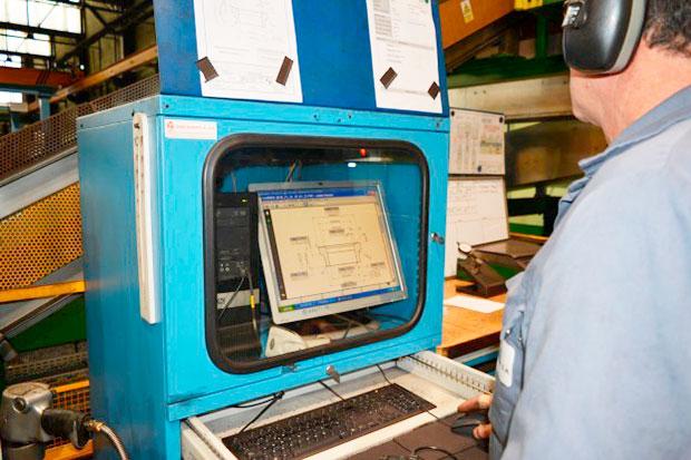 maquina-tridimensional-mitutoyo_operario-de-produccion-en-satuercas
